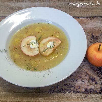 Kartoffelsuppe mit Schaffrischkäse auf gebratenen Apfelspalten (und) Vorschau auf eine aufregende Fotostrecke
