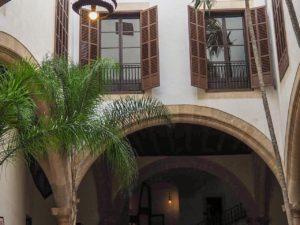 ... große Fenster im schattigen Innenhof ...