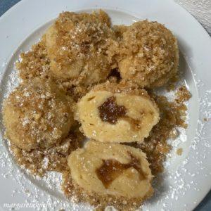fluffige Topfenknödel mit Apfelstrudel Marmelade