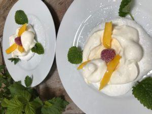 fruchtige Mini Pavlovas mit Frischkäse Füllung