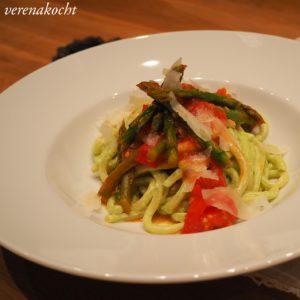 Spargel Tomaten Sugo auf Bärlauch Pasta