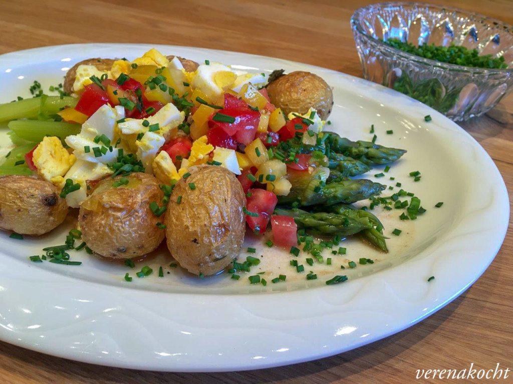 grüner Spargel an Tomaten-Ei-Vinaigrette