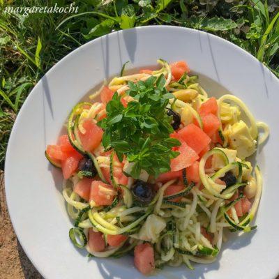sommerlich kühlender Zoodle Feta Salat mit Melone (und) Klima – Hitze – Klima – Hitze
