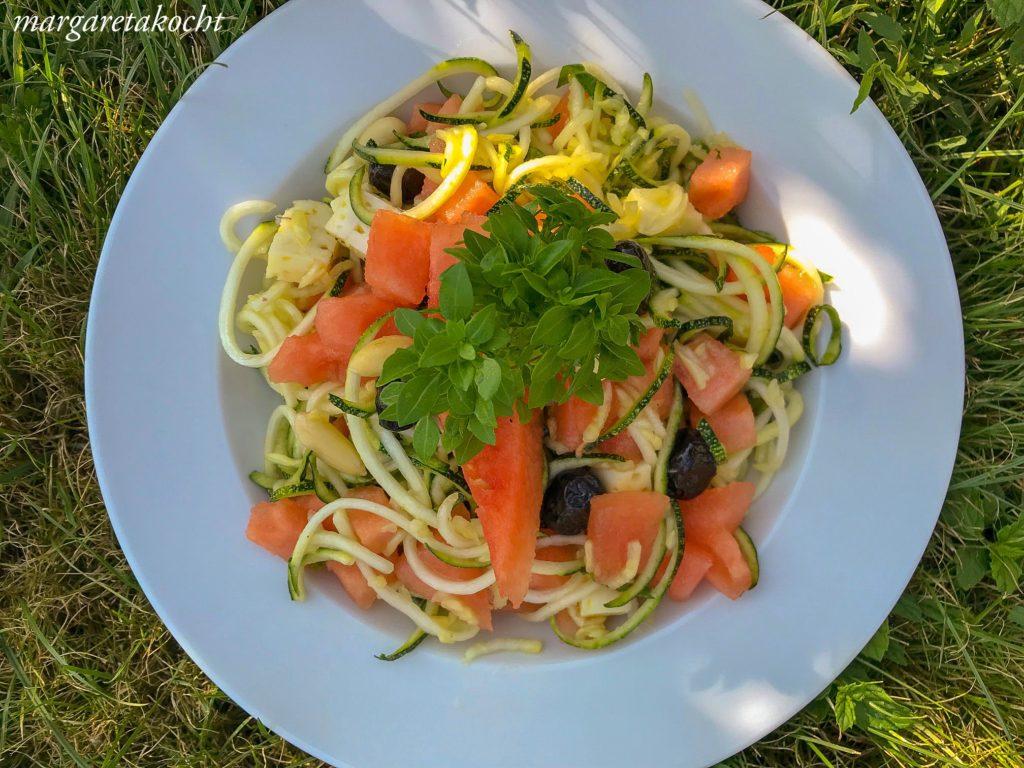 kühlender Zoodle Feta Salat mit Melone