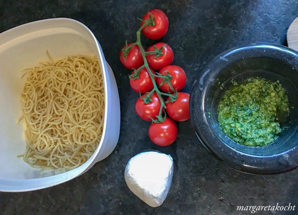 Nudelsalat Caprese mit Basilikum Pesto