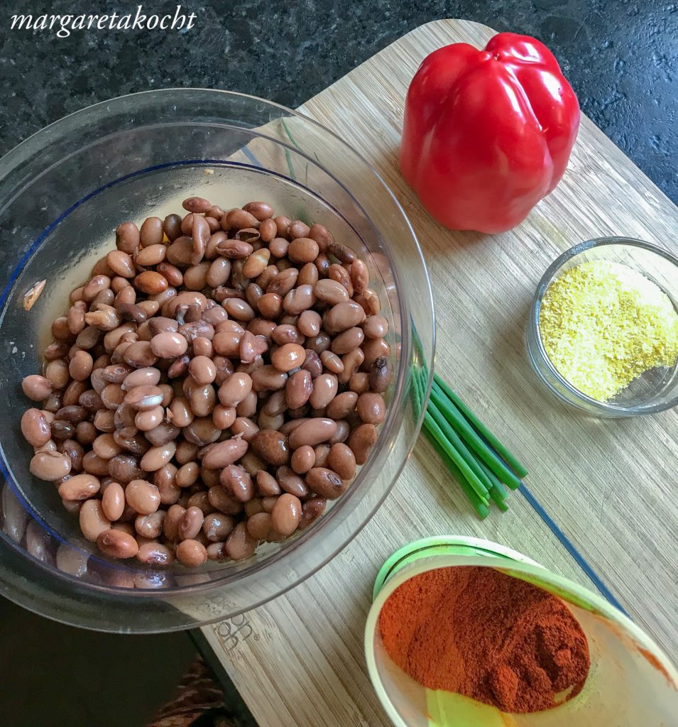 Bohnen Laibchen mit erfrischendem Tomaten Basilikum Salat
