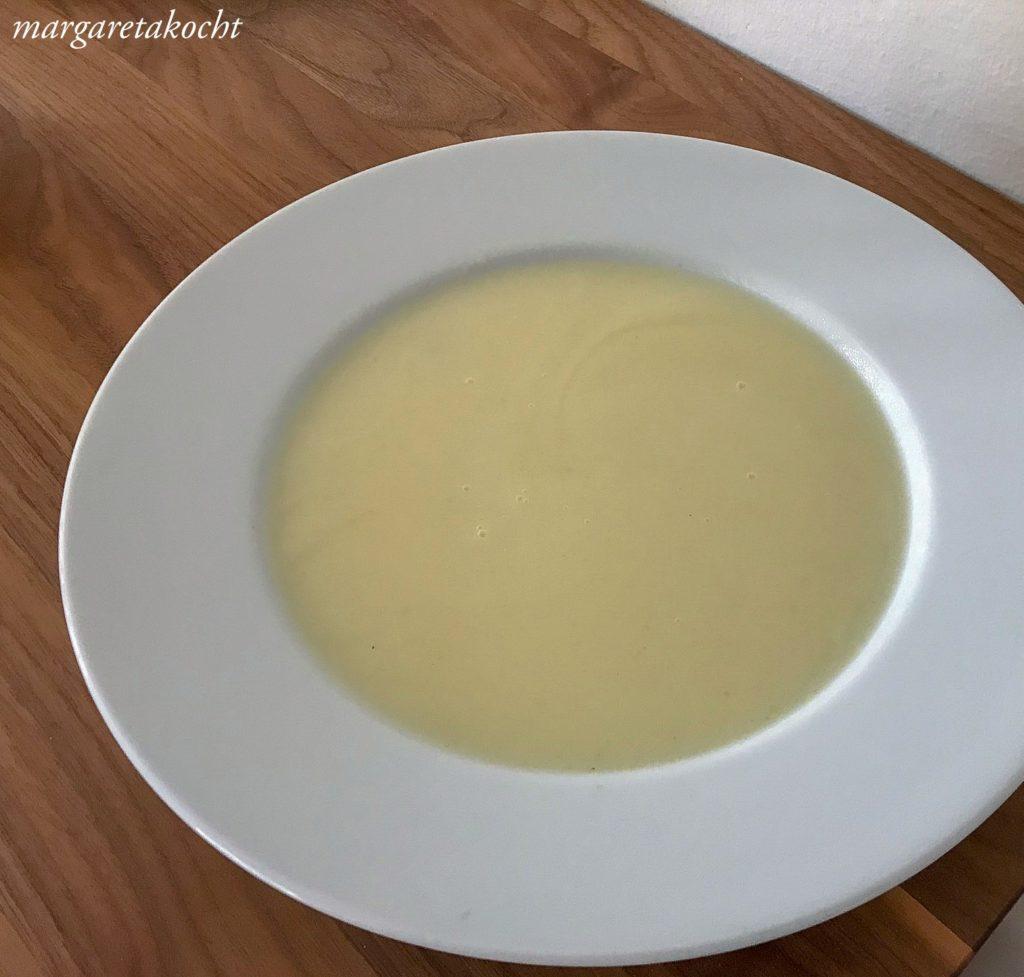 Kohlrübensuppe mit Erbsen Basilikum Creme
