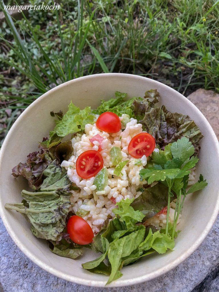 leichter Reis Salat mit Gemüse & Kräutern