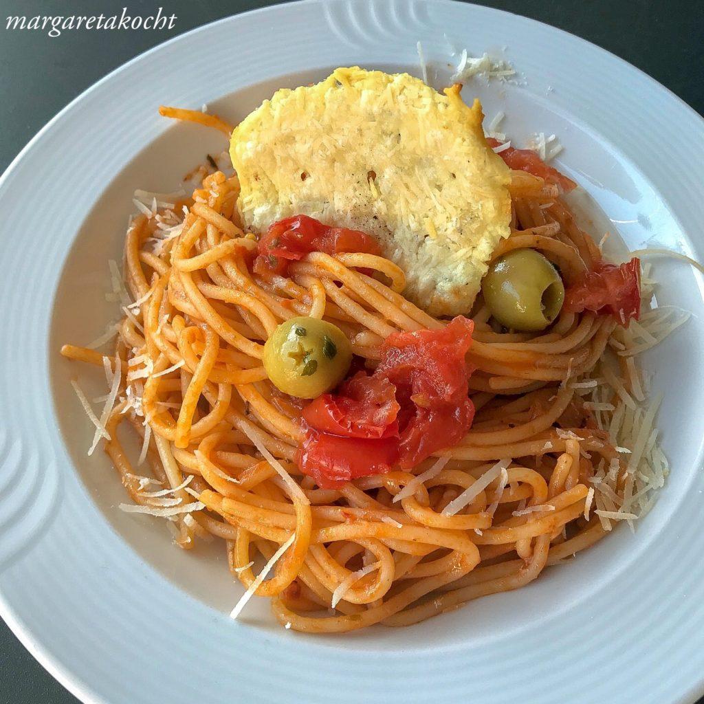 Spaghetti Puttanesca mit Parmesan Chips