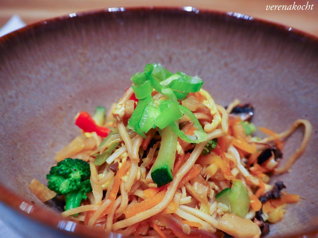 asiatische Eier-Nudeln mit Wok Veggies