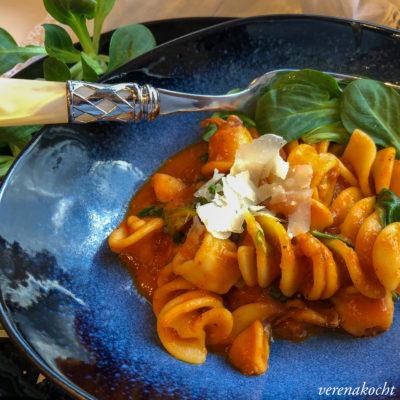 Pasta mit Calamari in cremiger Tomatensauce (und) #stayhealthy #stayhome
