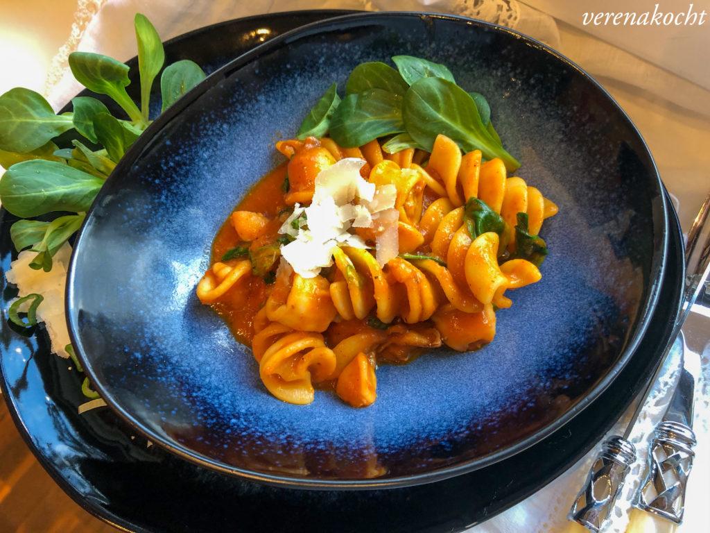 Pasta mit Calamari und Tomatensauce