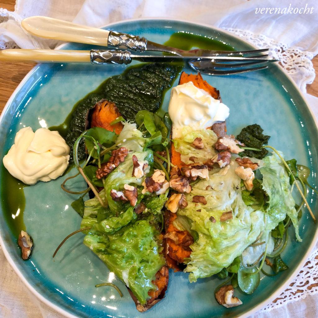 Süßkartoffeln aus dem Ofen mit Schmand & Salat