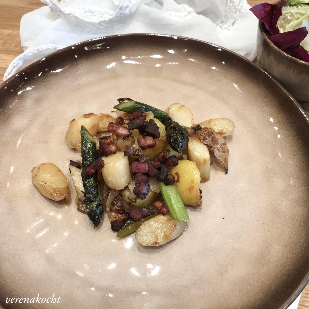 Gröstl vom Spargel mit Speck Crunchies
