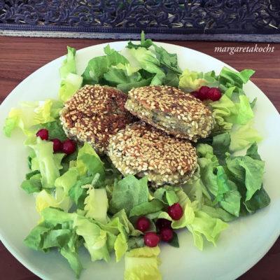 easy Falafel mit Sesam & Hummus auf knackigem Blattsalat (und) Wochenende & es regnet wieder!