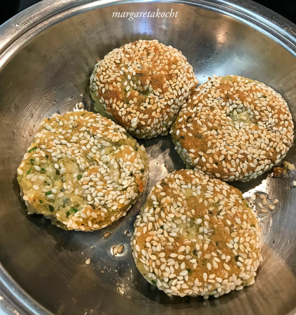easy Falafel mit Sesam auf Blattsalat