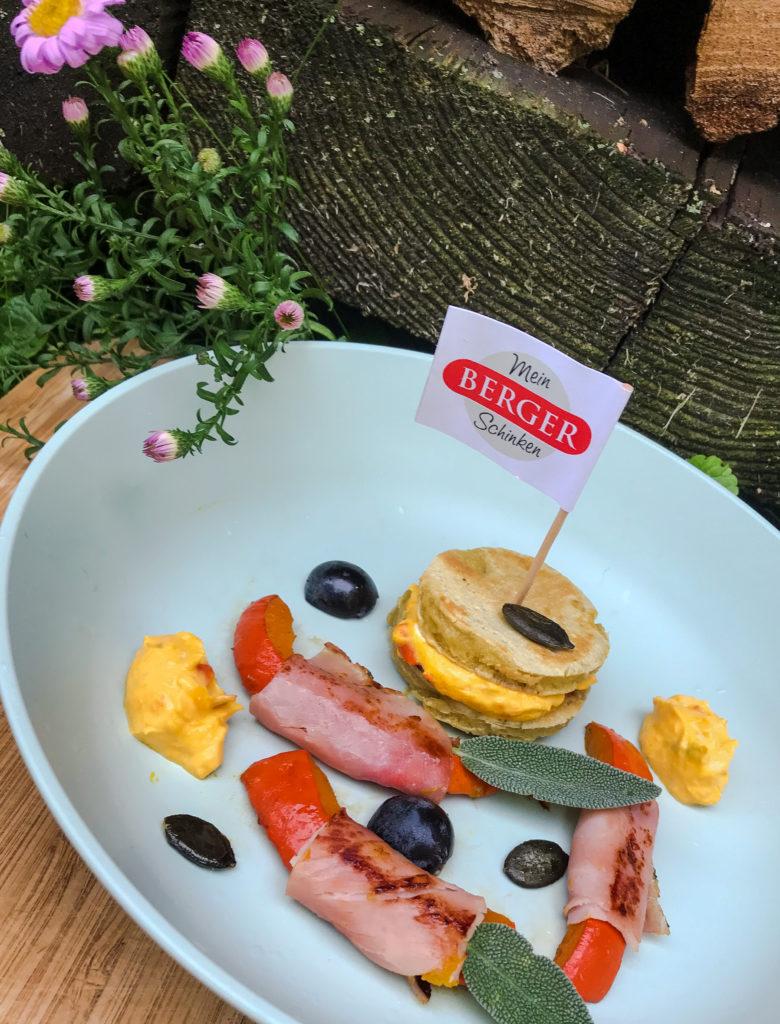 pikante Pancake mit Kürbis im Schinkenmantel
