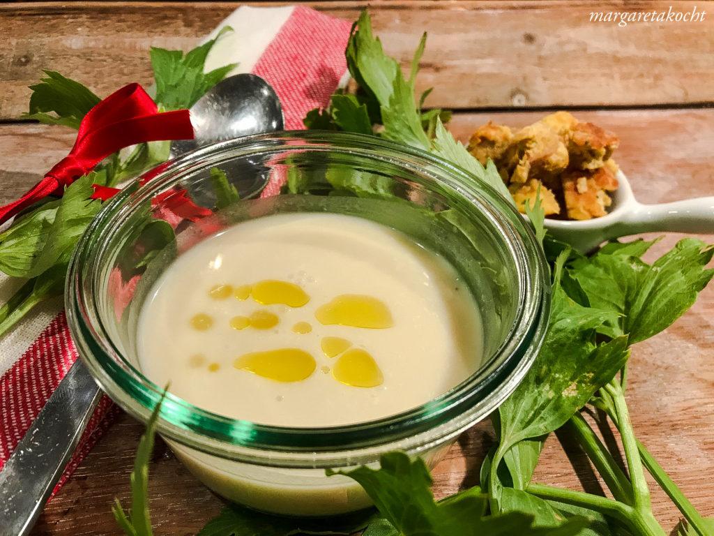leichte Karfiolsuppe mit Sellerie