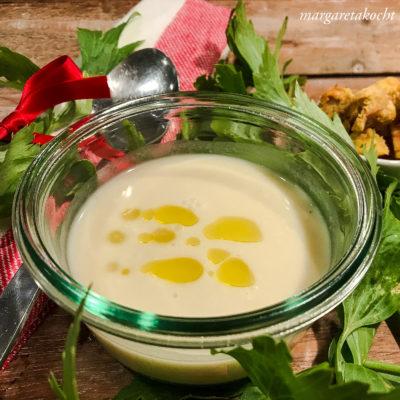 leichte Karfiolsuppe mit Sellerie (oder) wärmende Suppe an kalten Tagen