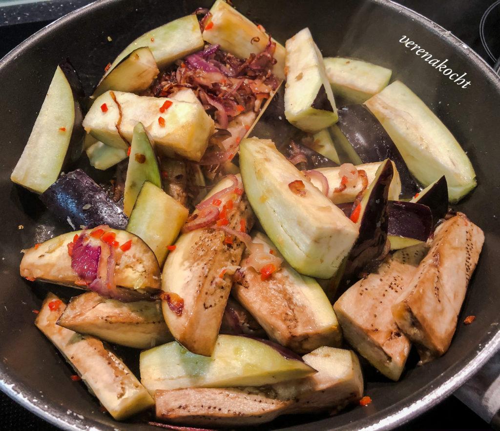 gebratene Auberginen mit Gurken Pickle und Kokosreis