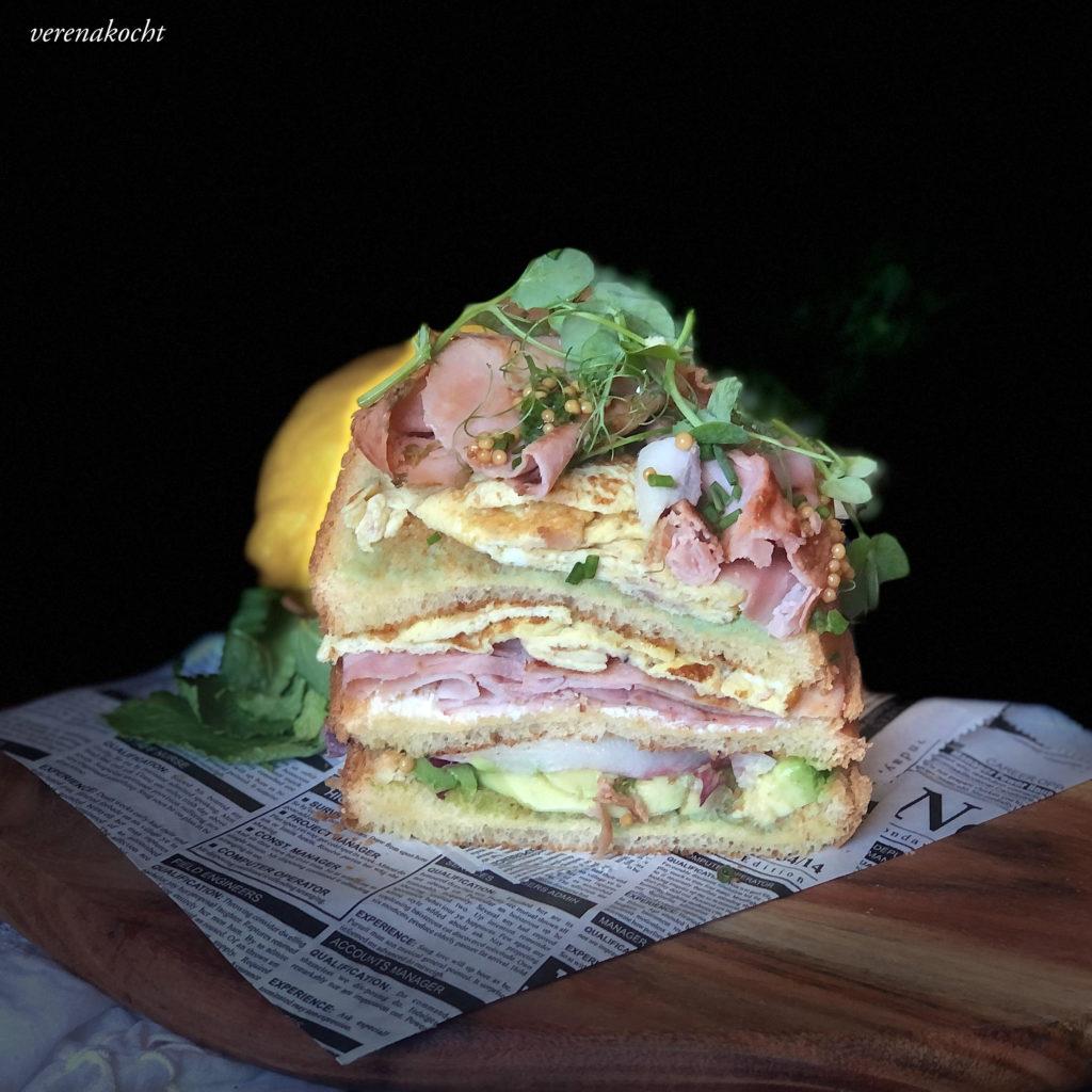 Brioche mit knusprigem Schinken, Avocado & Senfkaviar